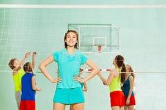 Adolescente asiático que se coloca al lado de red del voleibol Imagen de archivo libre de regalías