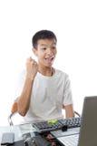 Adolescente asiático que usa el ordenador con gesto de la victoria Fotografía de archivo libre de regalías
