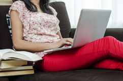 Adolescente asiático usando el ordenador portátil Imagen de archivo
