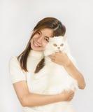 Adolescente asiático y un gato blanco Fotos de archivo libres de regalías