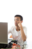 Adolescente asiatico che per mezzo del computer Fotografia Stock