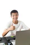 Adolescente asiatico che per mezzo del computer con il pollice su (COME il gesto) Fotografia Stock Libera da Diritti