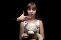 Adolescente asustado con el oso de peluche Imágenes de archivo libres de regalías