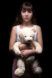 Adolescente asustado con el oso de peluche Imagenes de archivo