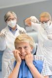 Adolescente asustado en el dentista de la cirugía dental Fotografía de archivo