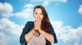 Adolescente asustado sobre el cielo azul Fotografía de archivo libre de regalías