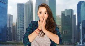 Adolescente asustado sobre fondo de la ciudad de Singapur Foto de archivo libre de regalías