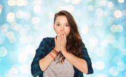 Adolescente asustado sobre luces azules de los días de fiesta Imagen de archivo libre de regalías
