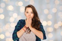 Adolescente asustado sobre luces de los días de fiesta Foto de archivo