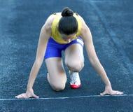 Adolescente atlético na posição de começo. fotos de stock royalty free
