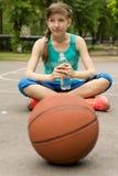 Adolescente atlético que bebe a água engarrafada fotografia de stock royalty free