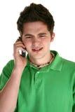 Adolescente atractivo con el teléfono celular Fotos de archivo