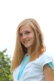 Adolescente atractivo con los apoyos dentales Imagen de archivo