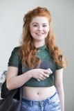 Adolescente atractivo con smartphone Imagen de archivo