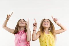 Adolescente atractivo del positivo dos que destaca su dedo índice Fotos de archivo libres de regalías