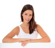 Adolescente atractivo detrás de la pared blanca Foto de archivo