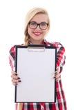 Adolescente atractivo en las lentes que muestran el isolat en blanco vacío Foto de archivo libre de regalías