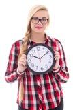 Adolescente atractivo en las lentes que sostienen el reloj aislado encendido Foto de archivo