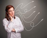 Adolescente atractivo que mira flechas rizadas múltiples Imagen de archivo