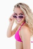 Adolescente atractivo que mira sobre sus gafas de sol Foto de archivo libre de regalías