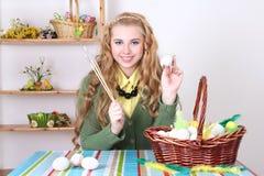 Adolescente atractivo que pinta los huevos de Pascua Foto de archivo libre de regalías