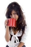 Adolescente atractivo que presenta con la taza de café Imágenes de archivo libres de regalías
