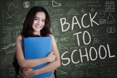 Adolescente atractivo que se coloca en clase Fotografía de archivo libre de regalías