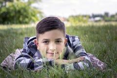 Adolescente atractivo que se relaja en prado Foto de archivo libre de regalías