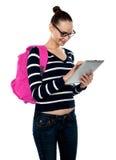 Adolescente atractivo que trabaja en la PC de la tablilla Foto de archivo