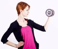 Adolescente atractivo que trabaja-hacia fuera con pesa de gimnasia Imagen de archivo libre de regalías