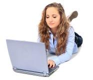 Adolescente atractivo que usa la computadora portátil Foto de archivo