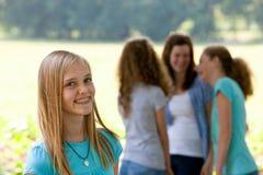Adolescente attirante avec des bagues dentaires Image stock
