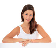 Adolescente attirante derrière le mur blanc Photo stock