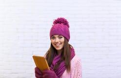 Adolescente attraente che per mezzo del touch screen del computer portatile della compressa Immagini Stock