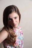 Adolescente aumentando una ceja Foto de archivo