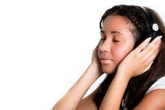 Adolescente avec des écouteurs en fonction et des yeux fermés Photos libres de droits