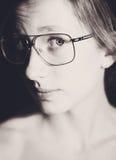 Fille avec des verres photographie stock libre de droits
