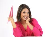 Adolescente avec l'avion de papier rose Photos libres de droits
