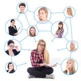 Adolescente avec l'ordinateur portable et son réseau social d'isolement sur le petit morceau Photographie stock libre de droits