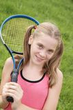 Adolescente avec la raquette de tennis Photo stock