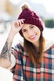 Adolescente avec le chapeau de laine Photo stock
