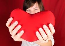 Adolescente avec le coeur rouge Images stock