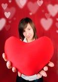Adolescente avec le coeur rouge Photographie stock libre de droits