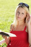 adolescente avec le livre images stock