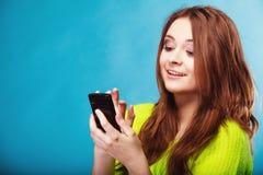 Adolescente avec le service de mini-messages de téléphone portable Image libre de droits