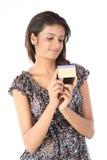 Adolescente avec par la carte de crédit Photographie stock libre de droits