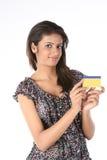 Adolescente avec par la carte de crédit Images stock