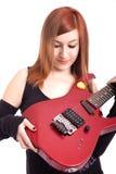 Adolescente avec une guitare électrique sur le dos de blanc photos libres de droits