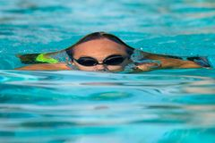 Adolescente bajo superficie del agua Foto de archivo libre de regalías