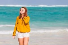 Adolescente bastante caucásico en la costa del océano Foto de archivo libre de regalías